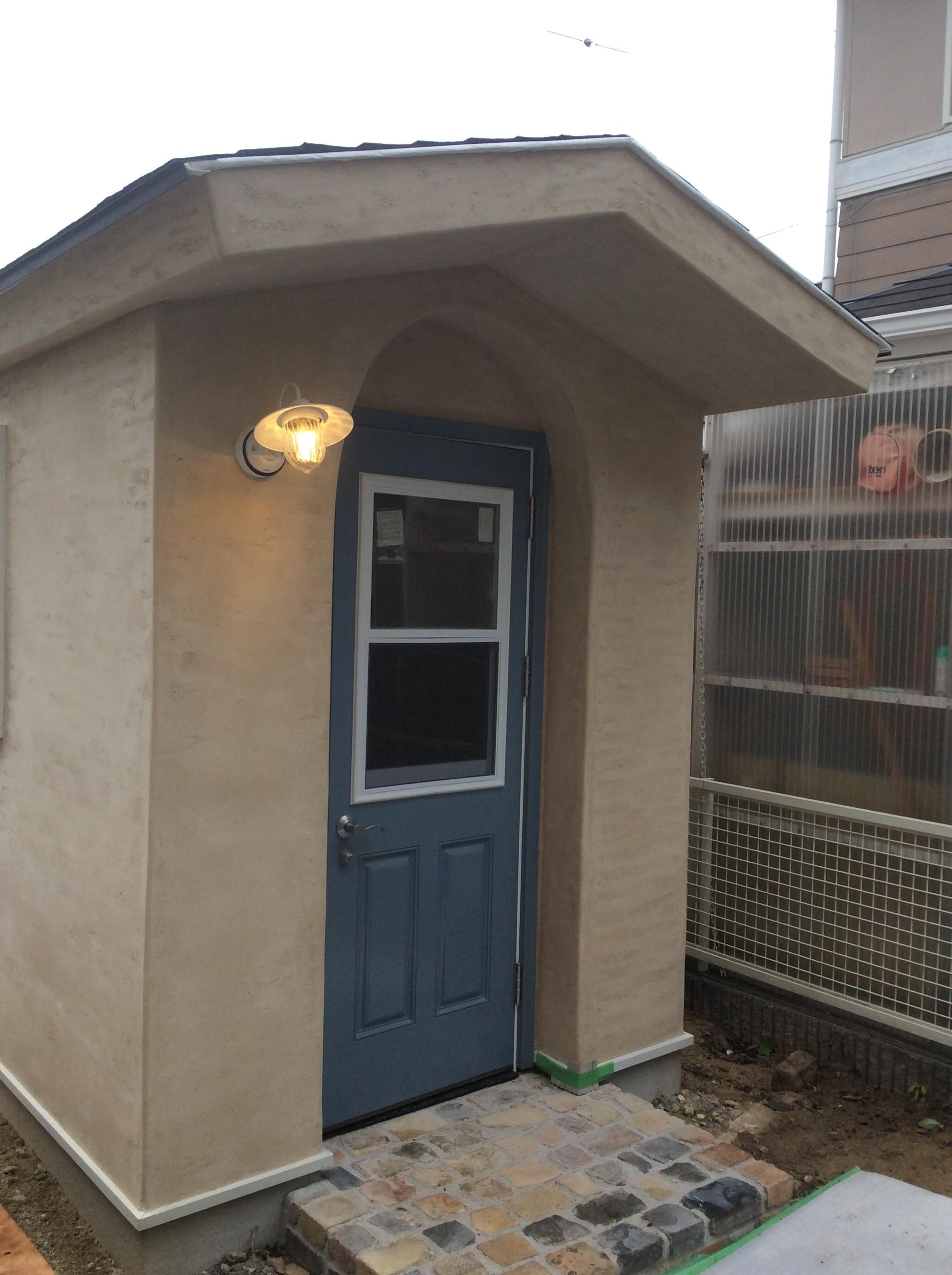 かわいい塗り壁小屋の照明