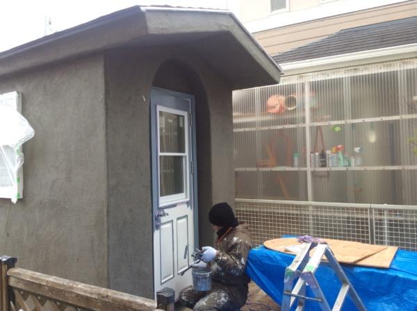 かわいい小屋作り、扉をブルーに塗装