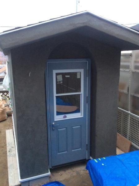 かわいい小屋作り、ブルー色塗装の扉