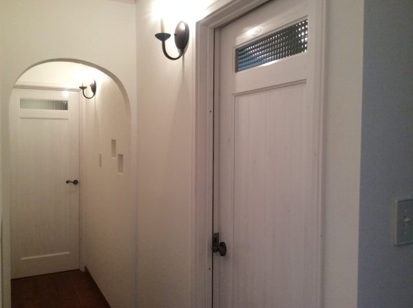 丸い開口のかわいい廊下