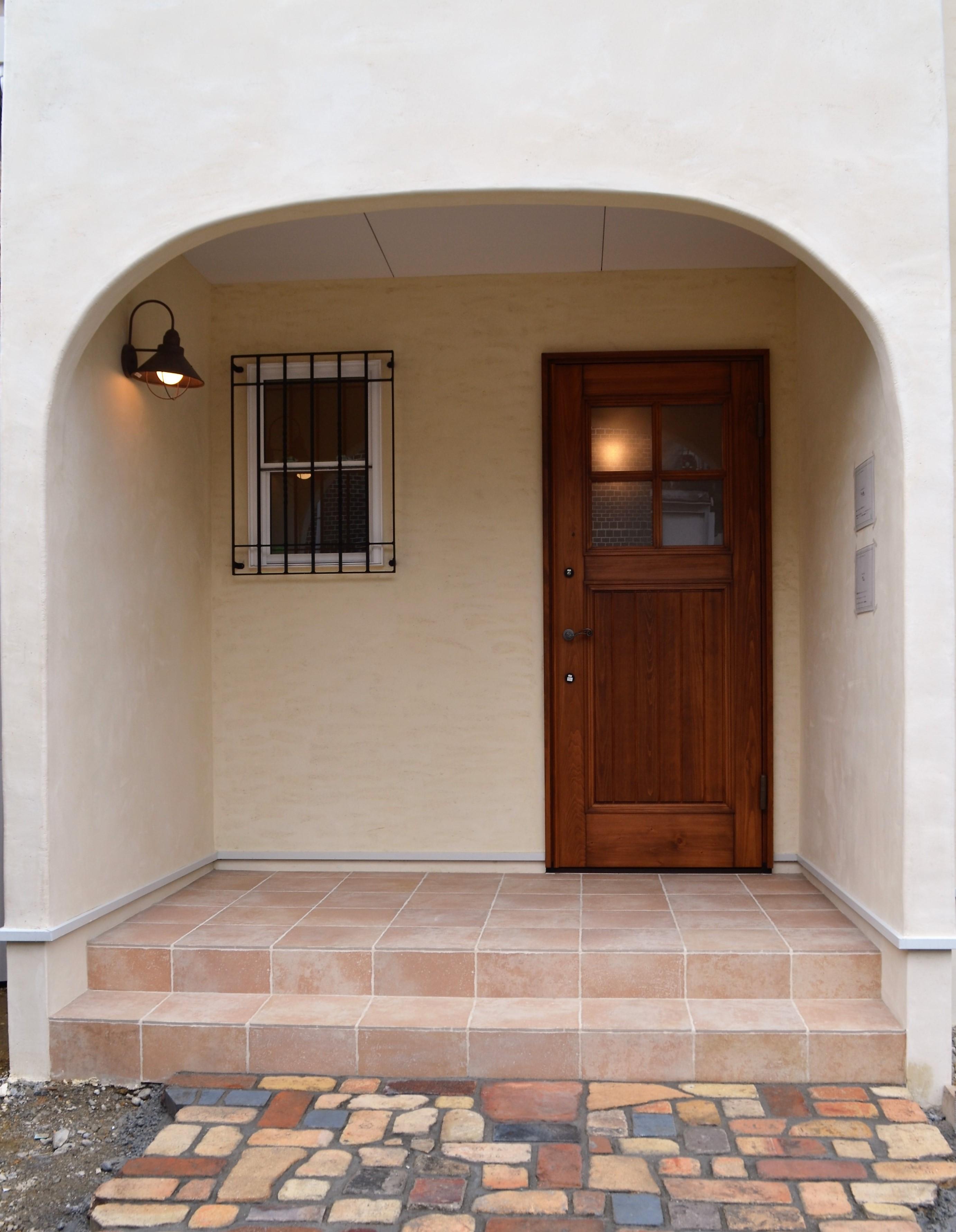 アーチ型の広々玄関ポーチ