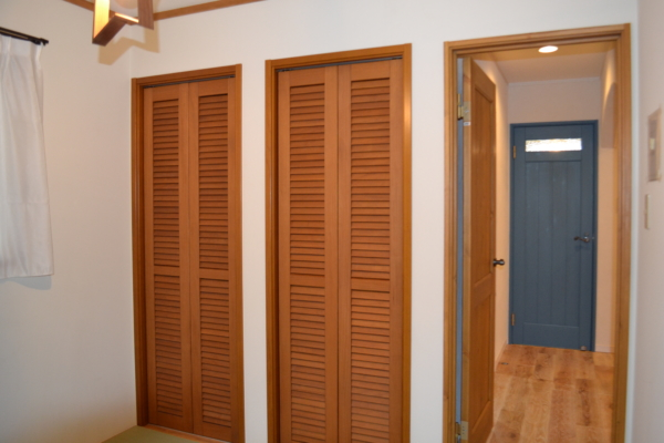 収納の扉も壁のアクセント