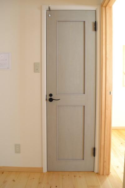 スモーキーなグリーンが素敵なドア