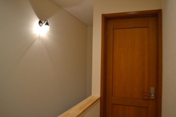 クラシカルな照明が似合う寝室扉