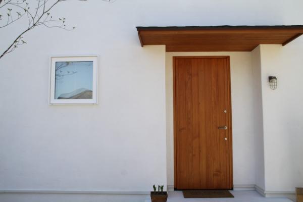 ナチュラルなお家の桧材の木製玄関扉