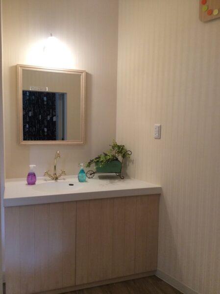 品のあるナチュラルな広々洗面室