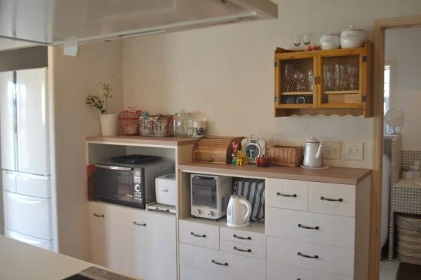 キッチン背面カウンターにポットを見せる収納