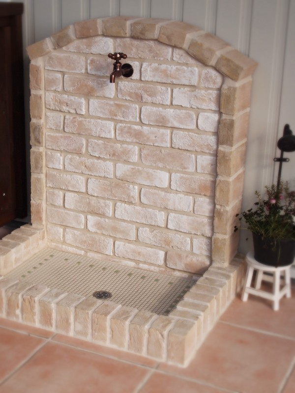 レンガとタイルのナチュラル立水栓