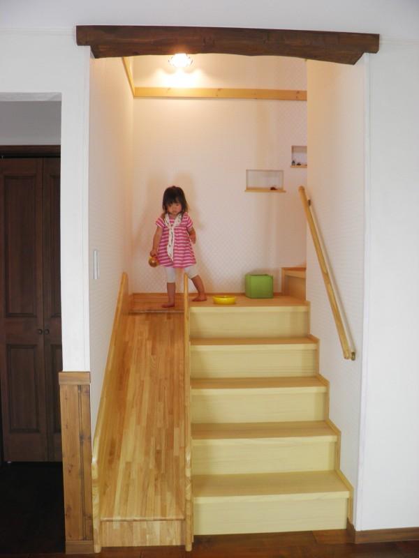 階段横にすべり台のある家