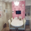 ピンク壁紙とシャンデリアが印象的な商談スペース