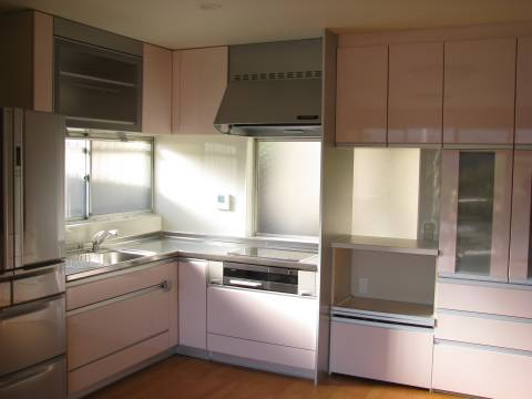 キッチンリフォーム後扉はピンク色
