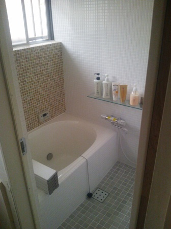 ナチュラルテイストのモザイクタイルのお風呂完成