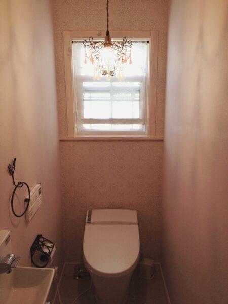 ピンク色のナチュラルなトイレ
