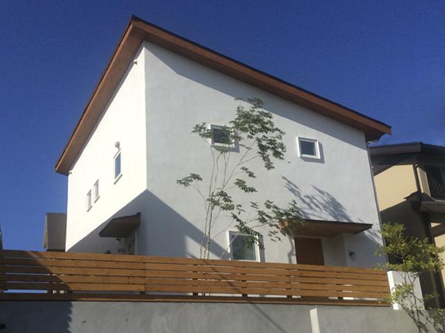 片流れ屋根の家外観
