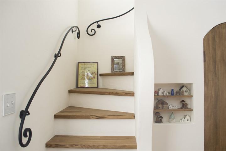 漆喰塗り壁のナチュラルな階段