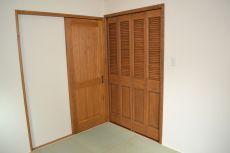 ナチュラルな扉のクローゼット