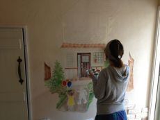 入口脇の壁画作成風景
