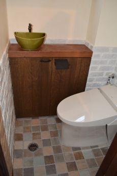 床タイルと洗面ボウルがマッチしたトイレ