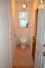 2階のトイレはテラコッタ調のタイル仕上げ