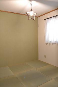 一面だけグリーンの壁紙の琉球畳の和室