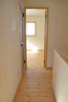 パイン床材がナチュラルな明るい廊下