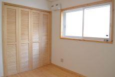子供部屋に木製扉のクローゼット