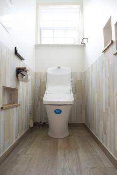 腰壁風の木目壁紙がナチュラルなトイレ