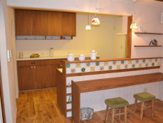 飾り棚がかわいいカウンターキッチン