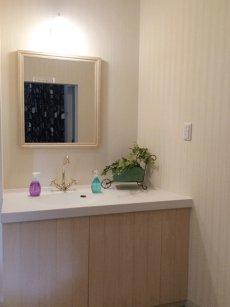 店舗用の清潔感あふれる洗面室