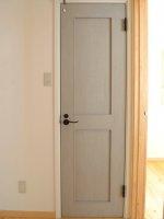 マットな質感の扉に黒いノブがアクセント