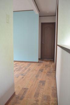 ブルーの壁紙がかわいい寝室