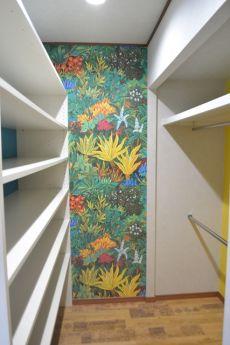 遊び心のある壁紙の収納スペース