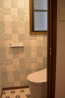 かわいいタイル模様のトイレ