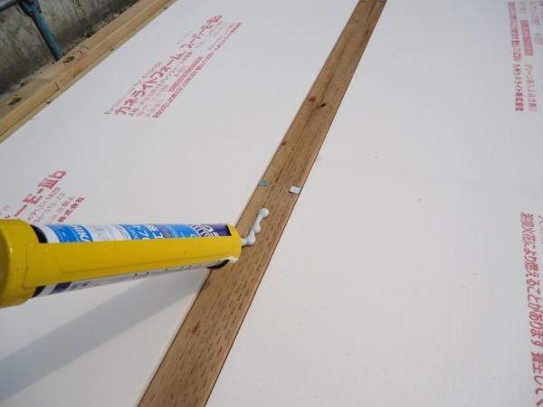 床ボンド塗り