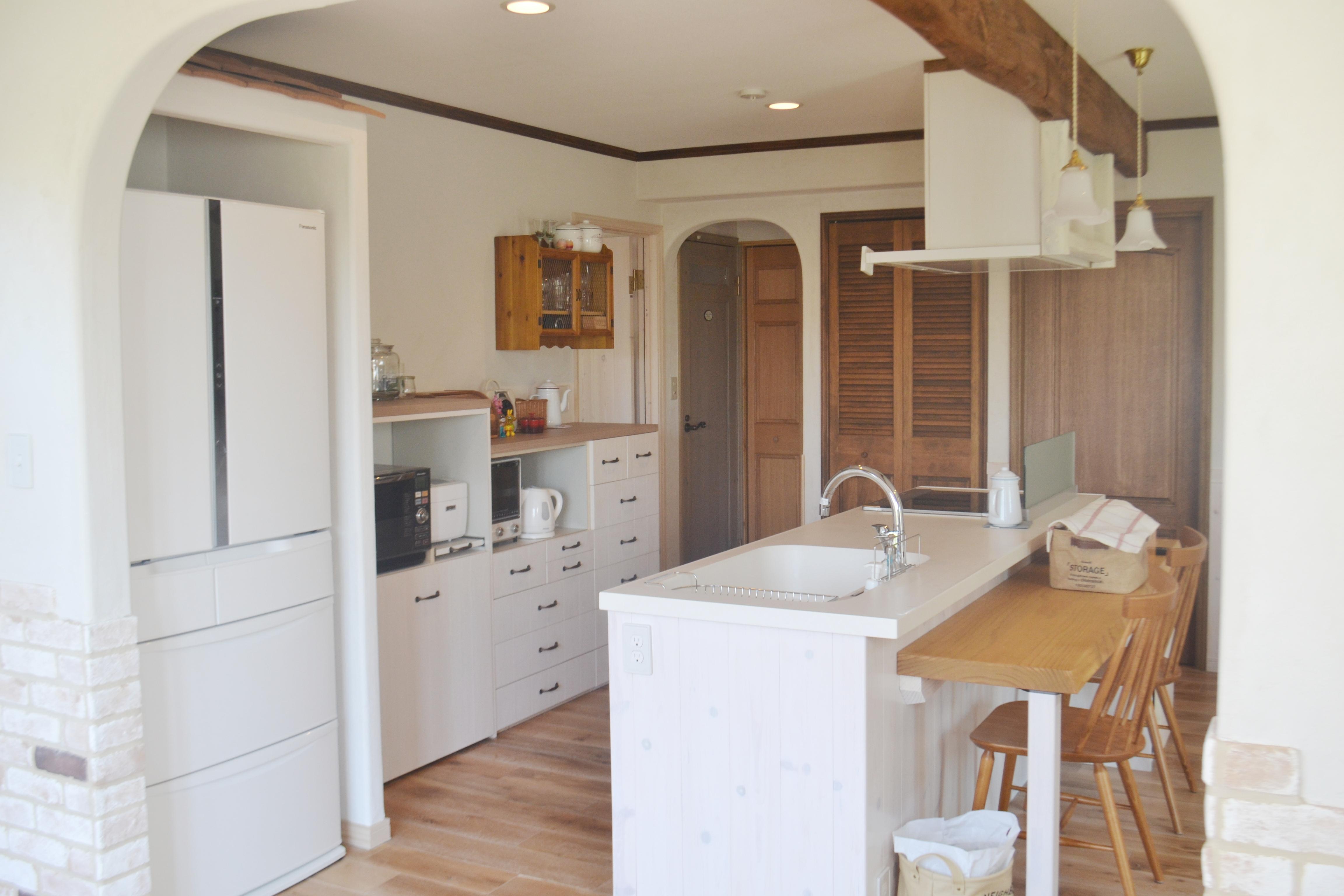 ナチュラルな白のかわいいキッチン