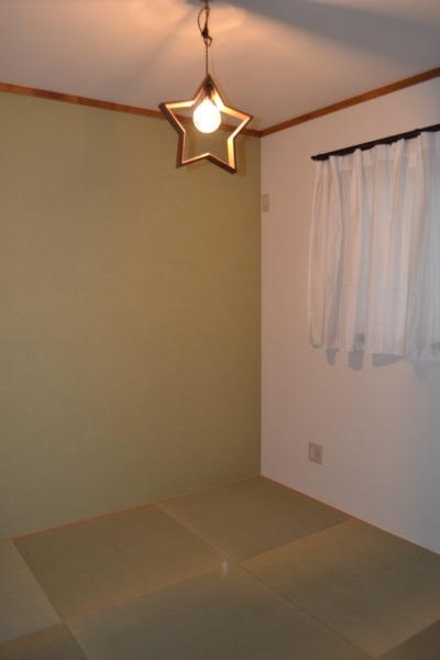 琉球畳と貼り分けた壁がモダンな和室