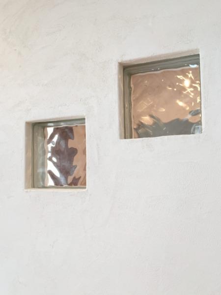 ガラスブロックが広い壁のアクセントに