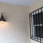 かっこいい照明とアイアン格子の玄関ポーチ