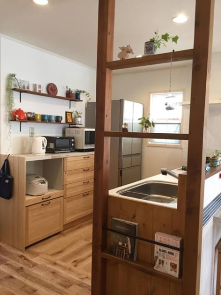 飾り棚がキッチンを楽しい空間に
