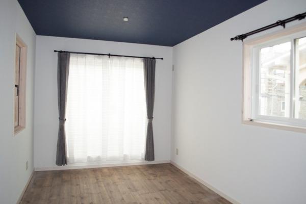 床と天井のカラーで落着いた印象の寝室