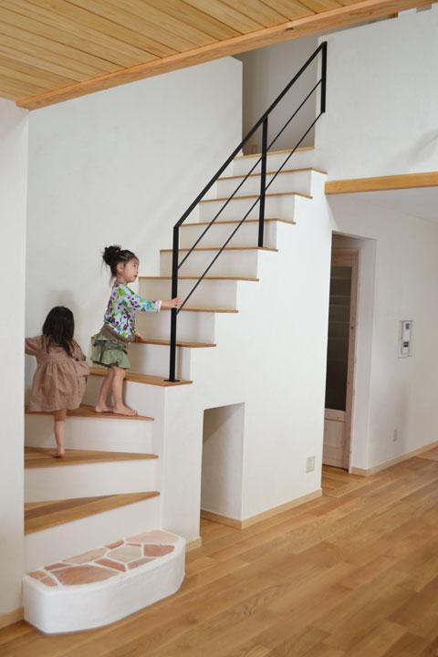 珪藻土とアイアン手摺の階段