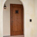 凸凹のある塗り壁と扉がベストマッチ
