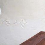 ウッドデッキの壁には記念の手型を