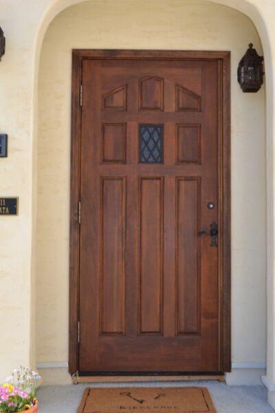 重厚感のある木製玄関ドア