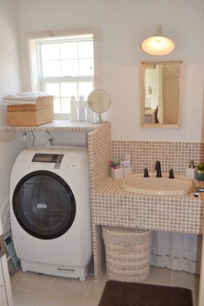 ベージュのモザイクタイルが可愛い洗面スペース