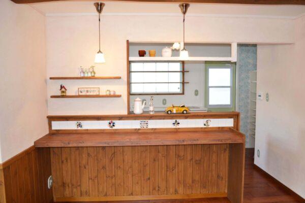 飾り棚付きの対面キッチン。奥様のお好きなアイテムで飾り付け