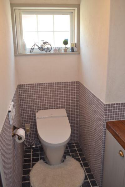 タイル張りのナチュラルなかわいいトイレ
