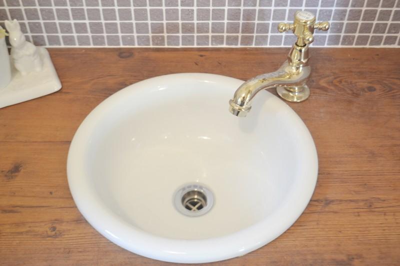 金の水栓金具がかわいい洗面