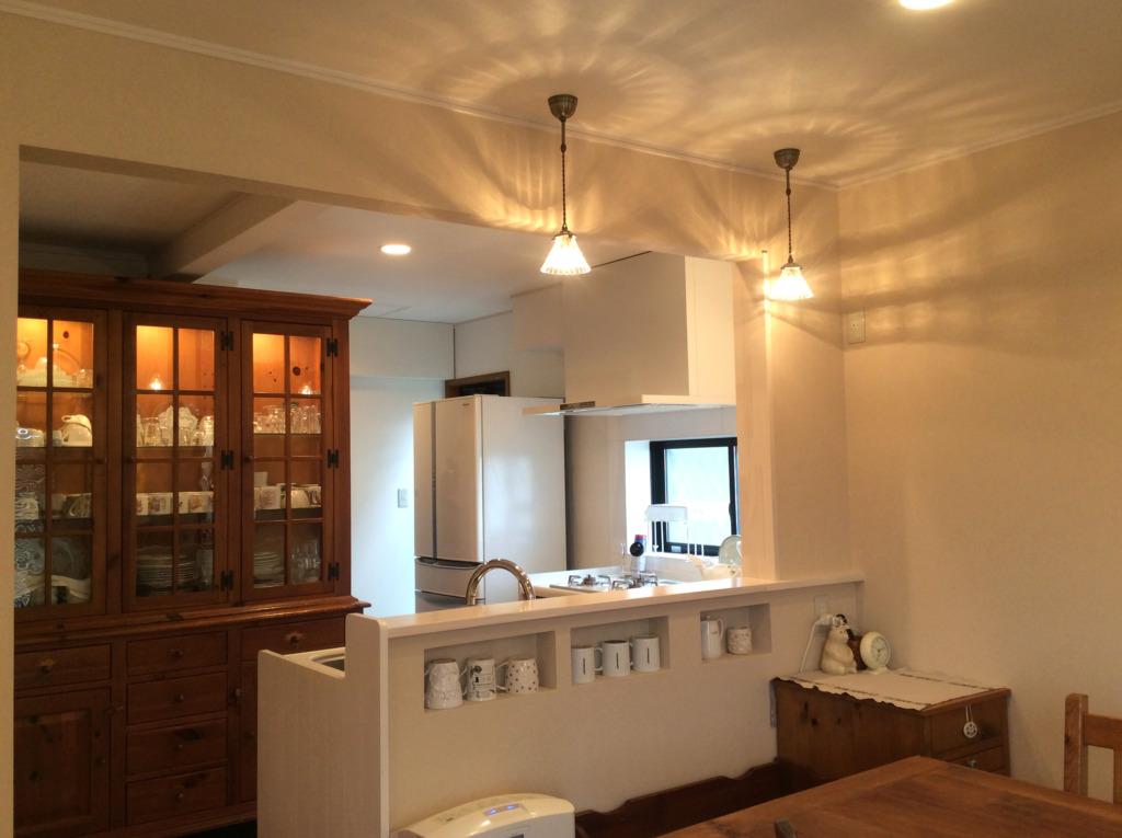 ニッチがポイントのすっきりとしたキッチンが食器棚をより引き立てます