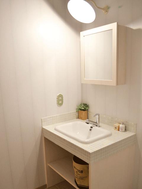 モザイクタイルがかわいい造作洗面台